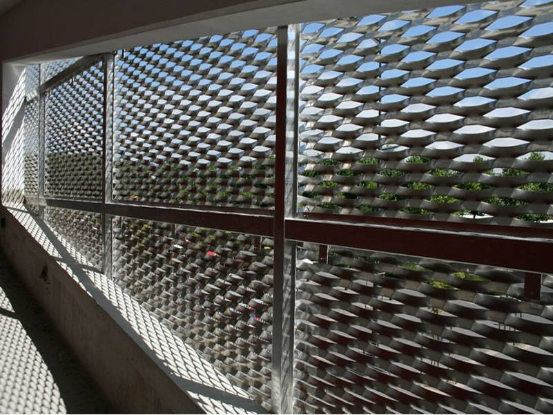 Raised expanded metal sheets with diamond holes are installed on the stair balustrade.