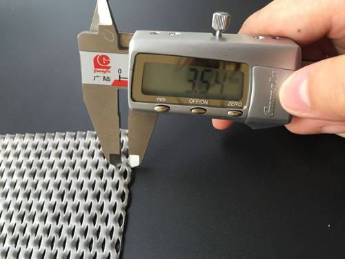Admeasuring apparatus measures two warps of micron aluminum expanded metal sheet and screen displays 3.54 mm.